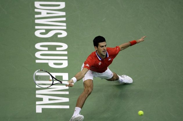 Srb Novak Djokovič v úvodní dvouhře finále Davis Cupu proti Radku Štěpánkovi.