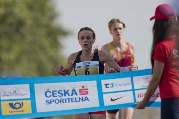 Simona Vrzalová si běží pro mistrovský titul v závodu žen.