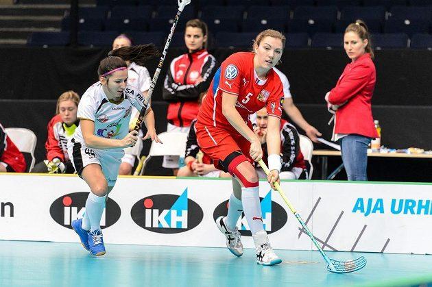 Eliška Krupnová (vpravo) při útočné akci, stíhá ji Polka Weronika Nogaová.