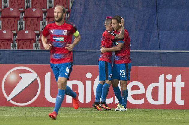 Marek Bakoš z Viktorie Plzeň (vpravo) přijímá gratulaci ke gólu od spoluhráče Martina Zemana, vlevo je další hráč Viktorie Plzeň Roman Hubník.