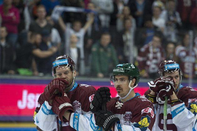 Zklamaní sparťanští hokejisté po finálové porážce s Libercem.
