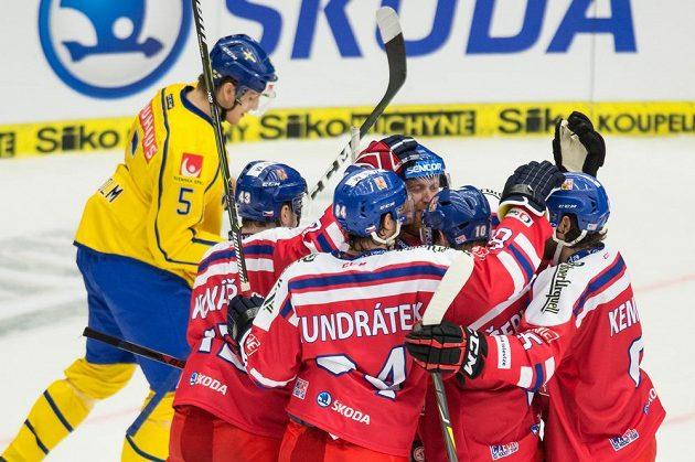 Hokejisté české reprezentace (zleva): Jan Kovář, Tomáš Kundrátek, Jakub Voráček, Roman Červenka a Michal Kempný oslavují gól na 6:4 proti Švédsku.