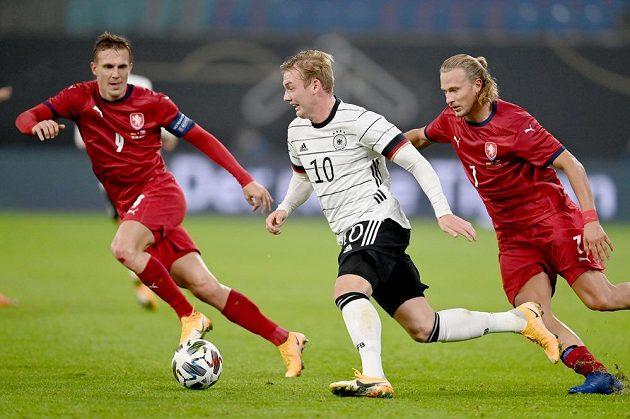Němec Julian Brandt mezi českou dvojicí Bořek Dockal (vlevo) - Antonín Barák.