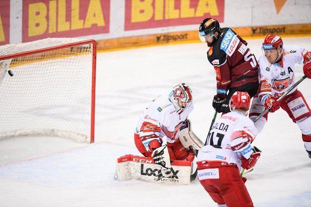 Brankář Hradce Králové Štěpán Lukeš inkasuje gól na ledě Sparty.