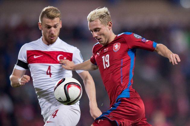 Český záložník Ladislav Krejčí a Aziz Serdar z Turecka.