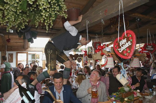 Brankář Bayernu Mnichov Manuel Neuer na stole během pivního festivalu Oktoberfest.