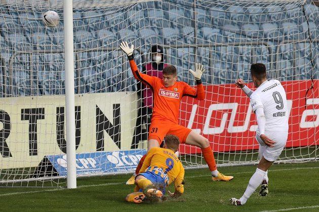 Vpravo Jan Kliment ze Slovácka střílí gól brankáři Opavy Tomáši Digaňovi. Vlevo přihlíží Matěj Hrabina z Opavy.