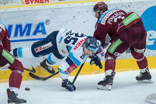 Radan Lenc (vlevo) z Liberce padá po střetu s Janem Piskáčkem ze Sparty.