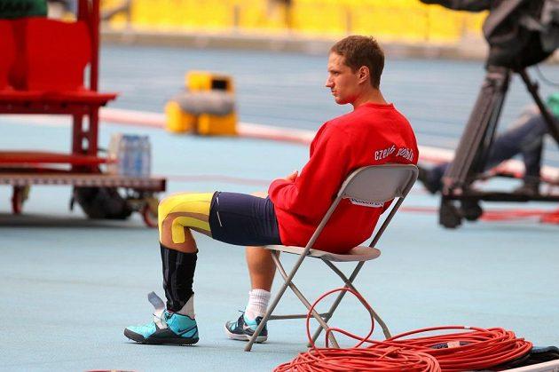 Vítězslav Veselý měl bolavé koleno řádně zatejpované.