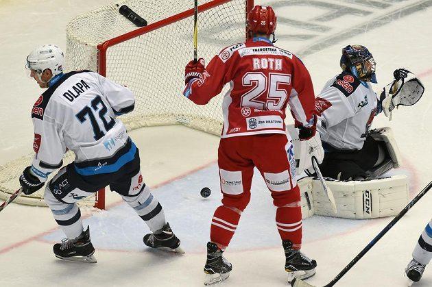 Třinecký obránce Vladimír Roth se raduje z gólu, kterým překonal brankáře Chomutova Jána Laca. Vlevo obránce Pirátů Ondřej Dlapa.