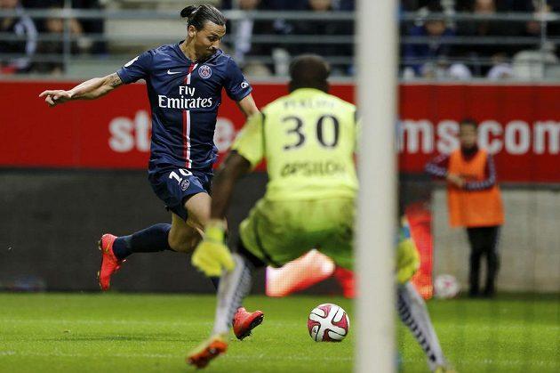 Útočník Paris Saint-Germain Zlatan Ibrahimovic střílí gól v zápase proti Remeši.