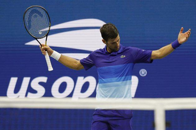 Srbský tenista Novak Djokovič si poradil na US Open s domácím Jensonem Brooksbym 3:1 na sety a od zisku kalendářního grandslamu ho dělí tři výhry.