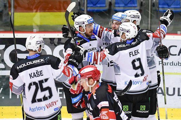 Hokejisté Karlových Varů (zleva) David Kaše, Petr Šenkeřík, Jiří Černoch, Petr Koblasa a Jakub Flek se radují z gólu.