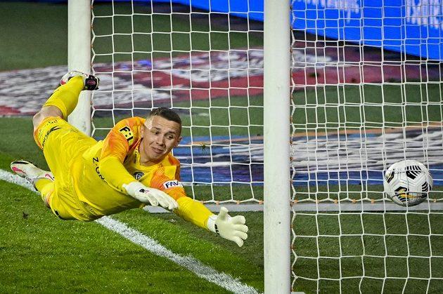Brankář Vít Nemrava ze Slovácka inkasuje gól po střele Tomáše Wiesnera ze Sparty.
