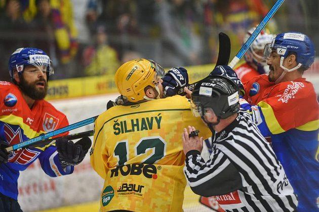 Zleva Zdeněk Kutlák z Českých Budějovic, Vojtěch Šilhavý ze Vsetína a Žiga Pavlin z Českých Budějovic v akci během semifinále play off první hokejové ligy.
