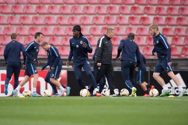 Fotbalisté Sparty Praha (vpředu Costa a Jakub Brabec) během předzápasového tréninku před utkáním Evropské ligy s Apoelem Nikósie.