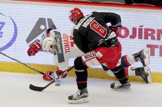 Třinecký David Musil tvrdě atakoval Davida Tomáška z Pardubic ve čtvrtfinále play off ELH.