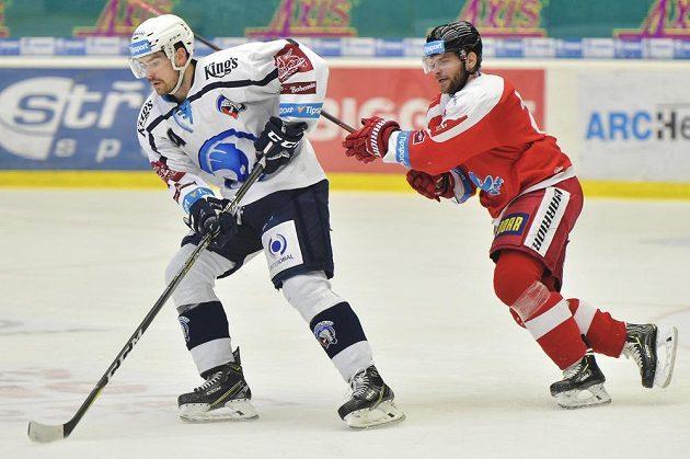 Peter Čerešňák z Plzně a Jan Knotek z Olomouce v akci během čtvrtfinále play off.