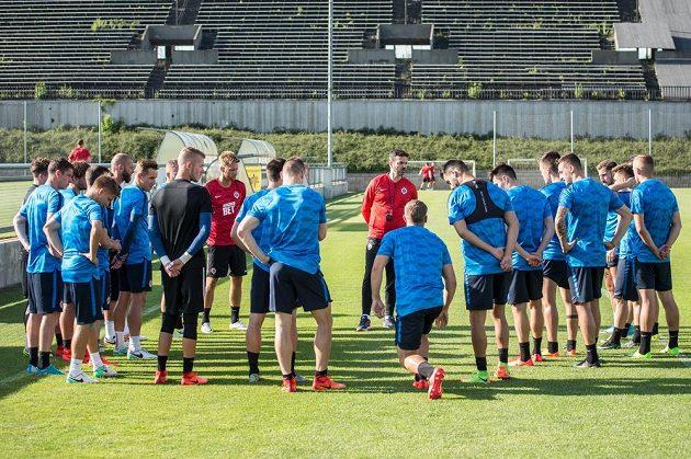 Fotbalisté Sparty a nový trenér Andrea Stramaccioni během prvního tréninku sezóny na Strahově.