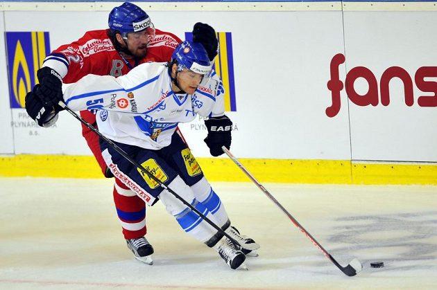 Reprezentační útočník Lukáš Kašpar (v červeném dresu) brání finského forvarda Juhamattiho Aaltonena.