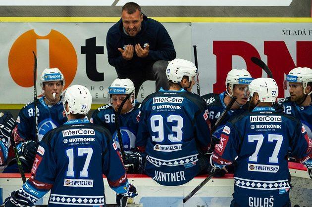 Trenér hokejové Plzně Ladislav Čihák udílí pokyny během utkání hokejového poháru Generali České pojišťovny.