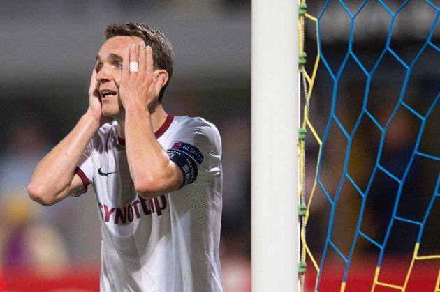 Zklamaný David Lafata po neuznaném gólu v utkání s Asterasem Tripolis.