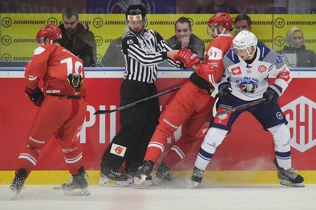 Vlevo Josh Jooris z Lausanne a vedle rozhodčího vpravo Fabian Heldner z Lausanne a Matěj Kolda z Plzně.