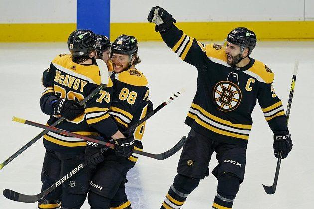 Radost v podání hokejistů Bostonu poté, co se v utkání proti NY Islanders prosadil gólově David Pastrňák (88). K zásahu mu gratuluje Patrice Bergeron s dalšími spoluhráči.