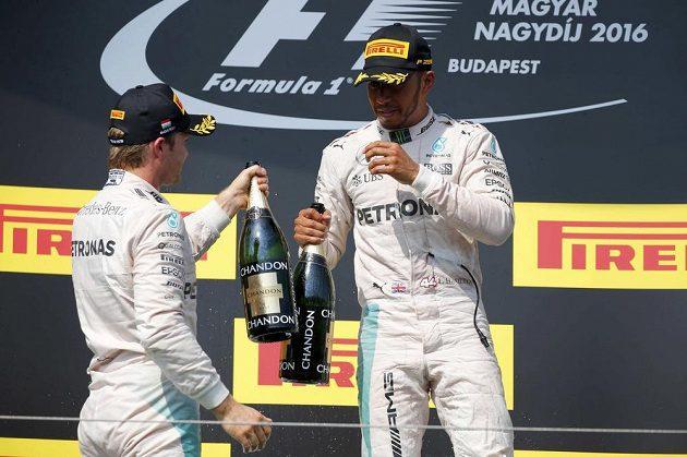 Lewis Hamilton (vpravo) po vítězství v Maďarsku se svým rivalem a týmovým kolegou Nikem Rosbergem.