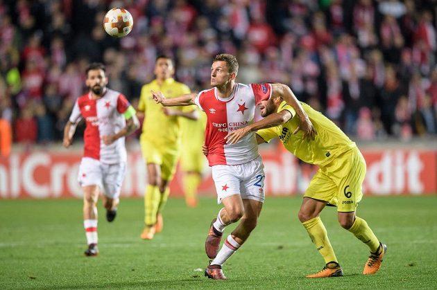 Tomáš Necid z Slavie Praha a Víctor Ruiz z Villarrealu během utkání základní skupiny Evropské ligy v Edenu..