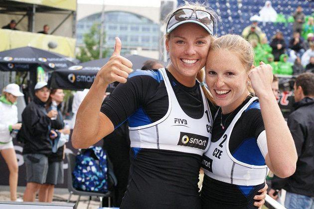 Plážové volejbalistky Kristýna Kolocová a Markéta Sluková (vlevo) během grandslamového turnaje v Berlíně.