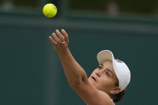 Australanka Ashleigh Bartyová servíruje ve finále Wimbledonu s Karolínou Plíškovou.