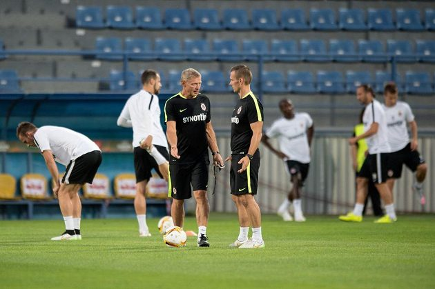 Trenér Sparty Praha Zdeněk Ščasný (vlevo) a kondiční trenér Tomáš Malý během tréninku v Tripolisu.