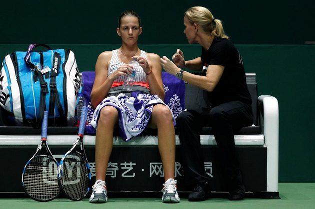 Karolína Plíšková dostává rady od trenérky Rennae Stubbsové během utkání s Jelenou Ostapenkovou.