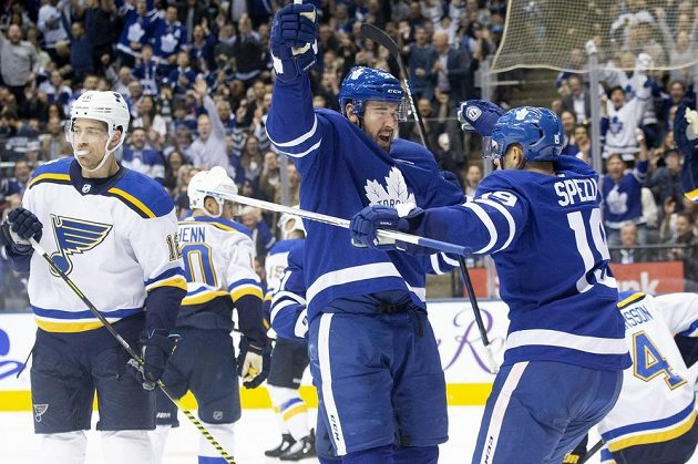 Frederik Gauthier (33) z Toronta slaví gól na ledě St. Louis v utkání NHL.