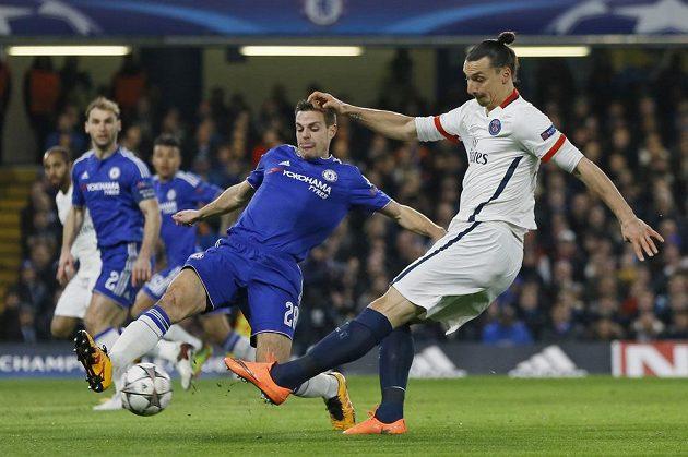 César Azpilicueta (28) z Chelsea a Zlatan Ibrahimovic z PSG.