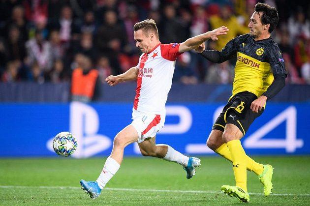 Stanislav Tecl ze Slavie Praha a Mats Hummels z Dortmundu během utkání základní skupiny Ligy mistrů.