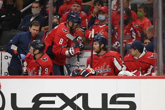 Radost na střídačce Washingtonu Capitals. Se spoluhráči slaví gól ruský hokejový snajpr Alex Ovečkin.