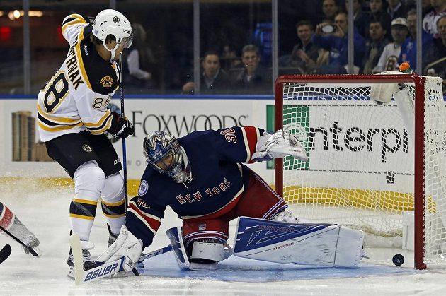 David Pastrňák střílí gól Henriku Lundqvistovi v brance New York Rangers.