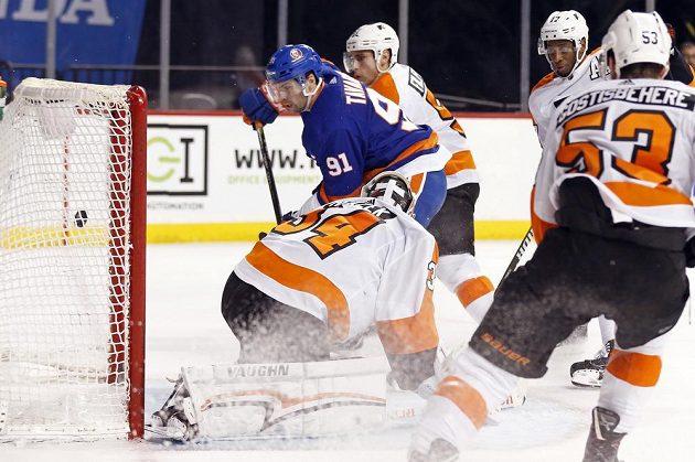 Útočník týmu New York Islanders John Tavares (91) střílí gól Philadelphii, jejíž branku hájil český gólman Petr Mrázek.