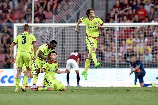 Fotbalisté CSKA Moskva oslavují třetí gól Alana Dzagojeva (třetí zleva) do sparťanské sítě.