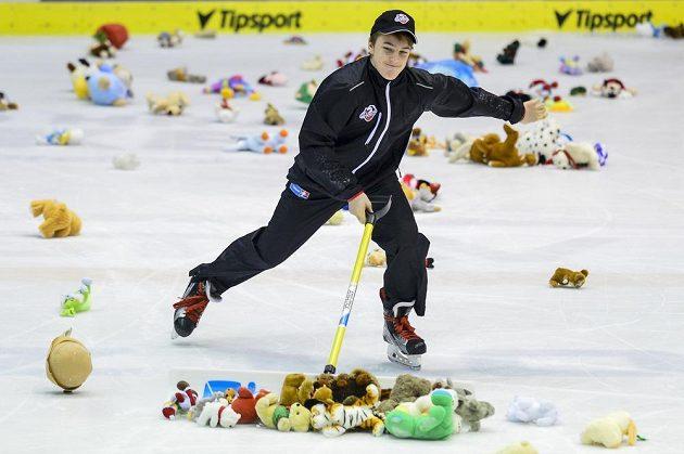 Fanoušci Pardubic zasypali při utkání s Chomutovem po prvním domácím gólu ledovou plochu plyšovými hračkami, které budou věnovány dětským domovům.
