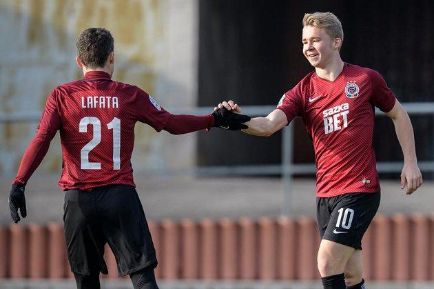 Dlouholetý kanonýr gratuluje mladému... Fotbalisté Sparty David Lafata a Václav Drchal oslavují gól na 5:2 během přípravného utkání s Táborskem.