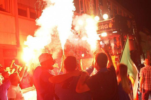 Policie kvůli násilnostem kolem finále fotbalového EURO zatkla 49 lidí. Devatenáct policistů utrpělo při šarvátkách v Londýně zranění.