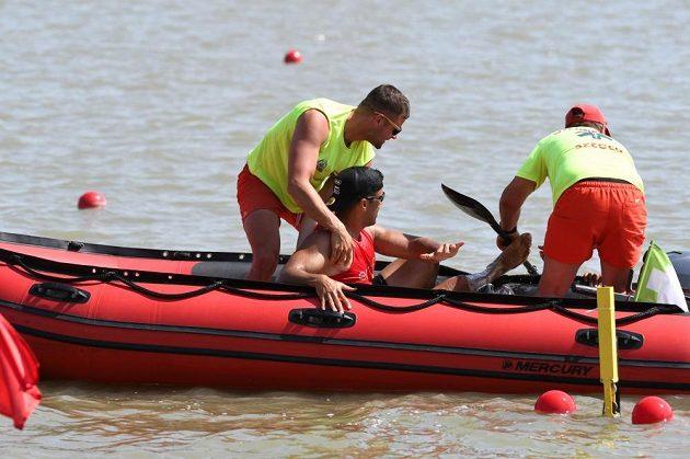 Na břeh se Pita Taufatofua dostal v bezpečí záchranného člunu.