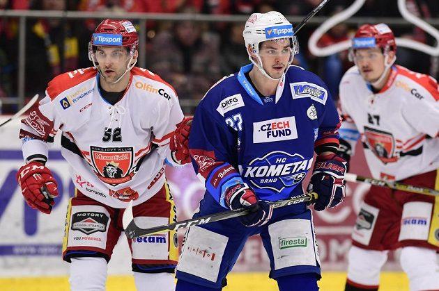 Petr Štindl z Hradce Králové, Jakub Orsava z Brna a Oskars Cibulskis z Hradce Králové v akci během čtvrtfinále play off hokejové extraligy.