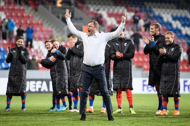 Trenér Pavel Vrba oslavuje vítězství nad Partizanem v odvetě 2. kola EL.
