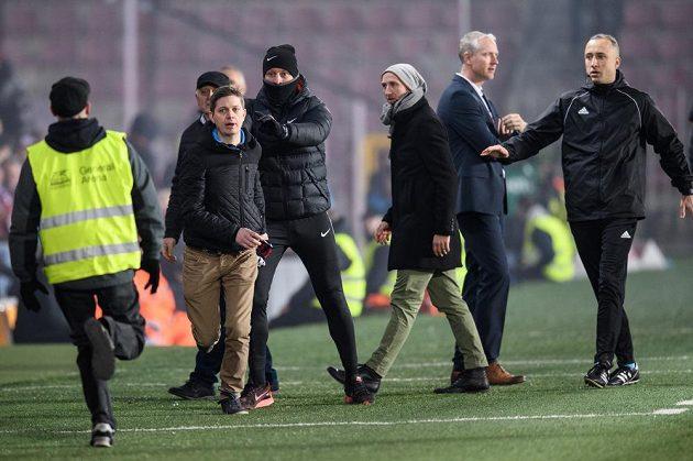 Nespokojený fanoušek Sparty před trenérem Letenských Václavem Jílkem během utkání s Libercem.