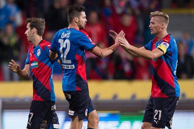 Plzeňský útočník Michal Ďuriš (uprostřed), Václav Procházka (vpravo) a Tomáš Hořava oslavují vyrovnávací gól proti Liberci.