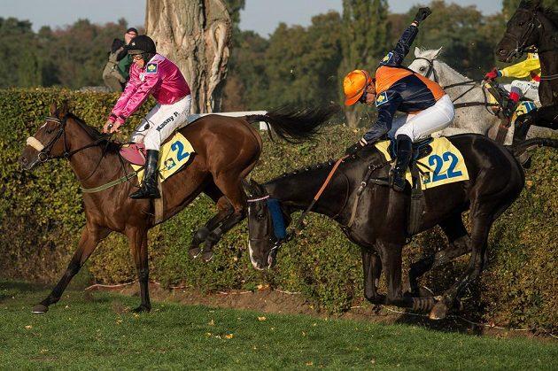 Žokej Pavel Kašný na koni Rebelino (vlevo) a žokej Jordan Duchene na koni Pasquini Rouge na Taxisově příkopu.